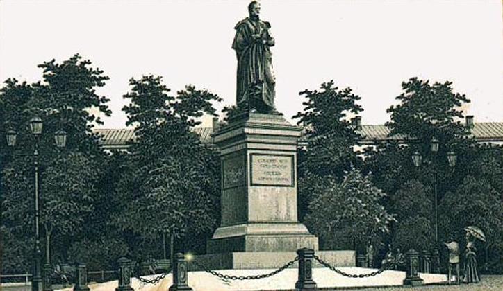 Одесский памятник Воронцову не смог снести даже трактор